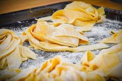 Klassisk italienarePappardelle pasta royaltyfri fotografi