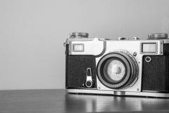 Klassisk kamera på hyllan på väggbakgrunden Arkivfoto
