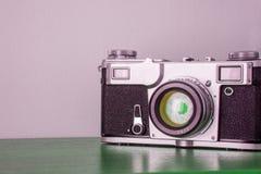 Klassisk kamera på hyllan på väggbakgrunden Royaltyfria Foton