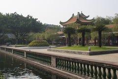 Klassisk kinesträdgård och damm Arkivbilder