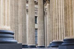 Klassisk kolonnad teckning för blå kompass för arkitekturbakgrund djup över Royaltyfria Foton