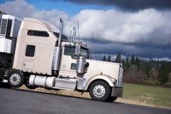 Klassisk kraftig halv lastbil för stor rigg med kromtillbehörtran Royaltyfri Foto