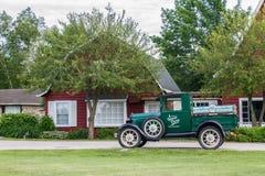 Klassisk lastbil framme av ladugården Royaltyfri Bild