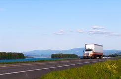 Klassisk lastbil på vägen med härligt landskap Royaltyfri Bild