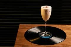Klassisk Lucy coctail på vinylmagasinbakgrund Arkivbilder