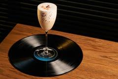 Klassisk Lucy coctail på vinylmagasinbakgrund Royaltyfri Foto