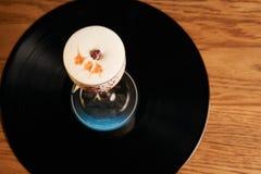 Klassisk Lucy coctail på vinylmagasinbakgrund Royaltyfria Bilder