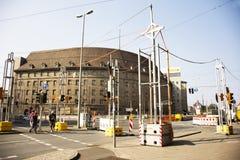 Klassisk moderna byggnad och tyskfolket som går korsningen, trafikerar vägen på den Nuremberg staden Arkivfoton