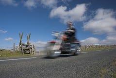 Klassisk motorcykel som rusar på bergvägen Royaltyfria Bilder