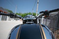 Klassisk motorcykelstil f?r hand arkivfoto
