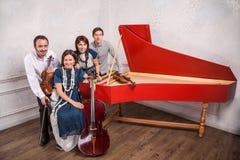Klassisk musikkvartett som poserar efter konserten royaltyfria bilder