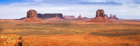 Klassisk panorama av amerikanskt västra, monumentdal Arkivfoton