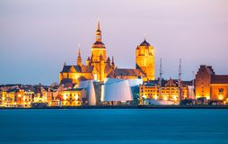 Klassisk panoramautsikt av den hanseatic staden av Stralsund under blå timme på skymning royaltyfria foton