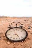 Klassisk parallell klocka i sanden Arkivbild