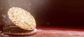 Klassisk pizza på en mörk trätabellbakgrund och en spridning av mjöl begrepp för pizzarestaurangmeny royaltyfria foton