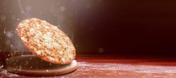 Klassisk pizza på en mörk trätabellbakgrund och en spridning av mjöl begrepp för pizzarestaurangmeny arkivfoton