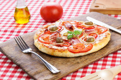 Klassisk pizza som tjänas som på träbräde arkivbilder