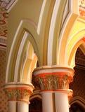 Klassisk planlagd pelare och bågar i slotten av bangalore royaltyfri foto