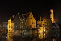 Klassisk plats av Bruges på natten Fotografering för Bildbyråer