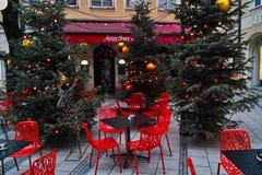 Klassisk röd dekor i alfresco bistroer på jul Royaltyfri Fotografi