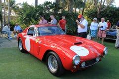 Klassisk röd italiensk tävlings- bil på händelsen Arkivbild