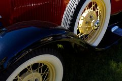 Klassisk röd och vit bil royaltyfri bild