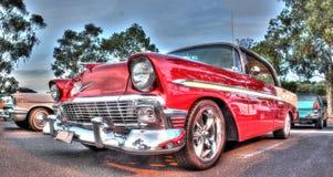 Klassisk röd och vit 50-tal Chevy Arkivbild