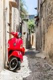 klassisk röd sparkcykel Arkivfoton