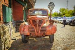klassisk retro lastbil för gammal tappning som parkeras mot tegelstenbyggnad på det historiska området för Toronto spritfabrik Fotografering för Bildbyråer