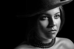 Klassisk retro skönhetstående den svarta flickan döljer white för skjorta för manfotografi s Arkivbilder