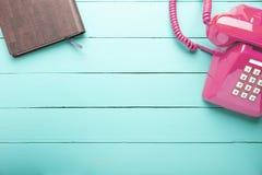 Klassisk rosa färgtelefon royaltyfri bild