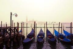 Klassisk sikt av den Venedig lagun med gondoler italy venice Royaltyfria Foton