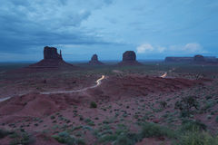 Klassisk sikt av monumentdalen på natten med de 3 buttesna Royaltyfria Foton