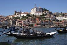 Klassisk sikt från den oporto floden och gammal stad Arkivfoton