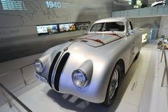 Klassisk silverBMW 328 racerbil på skärm i BMW museet Royaltyfri Bild