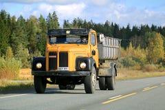 Klassisk Skåne 110 lastbil på vägen Royaltyfri Fotografi