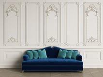 Klassisk soffa i klassisk inre med kopieringsutrymme arkivfoton