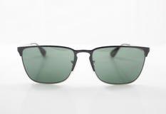 Klassisk solglasögon på vit bakgrund Arkivfoton