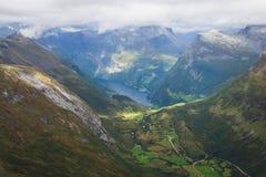 Klassisk sommarbild av den norska dalen och fjorden Geirangerfjord från det Dalsnibba berget Royaltyfri Foto