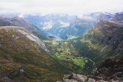 Klassisk sommarbild av den norska dalen och fjorden Geirangerfjord från det Dalsnibba berget Arkivfoton