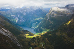 Klassisk sommarbild av den norska dalen och fjorden Geirangerfjord från det Dalsnibba berget Arkivbilder