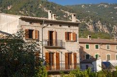 Klassisk spansk villa, medelhavs- husyttersida Royaltyfri Bild