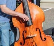 Klassisk standup bas som spelas på gatan Royaltyfria Bilder