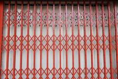 Klassisk stil av den röda ståldörren royaltyfri fotografi