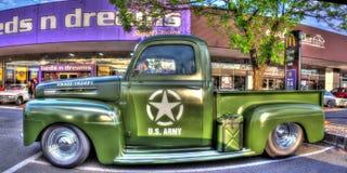 Klassisk 50-tal U S-arméFord pickup Arkivbild
