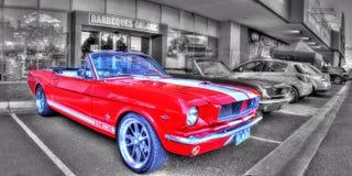 Klassisk 60-talamerikan Ford Mustang på en svartvit bakgrund Royaltyfri Bild