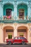 Klassisk tappningbil och coloful koloniala byggnader i gammal havannacigarr Arkivbilder