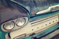 Klassisk tappningChev Apache lastbil i regnet Royaltyfri Foto