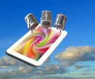 Klassisk tappningmicstrio på solid inspelning för minnestavladatorapparat som sjunger sångstudion arkivfoto