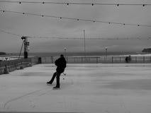 Klassisk tillfällig ishockeyspelare med havbakgrund Arkivbild